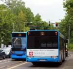 Solaris Urbino/349248/heckansicht-von-solaris-urbino-und-strassenbahn Heckansicht von Solaris Urbino und Strassenbahn NGT6c von Bombardier in Kassel Drusetalam 13.06.2014.
